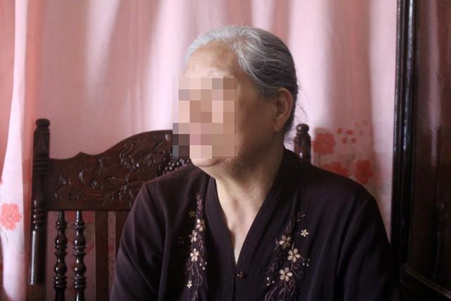 Bà M. không tin con trai mình có hành vi dâm ô trẻ em. Ảnh: Đ.Tùy