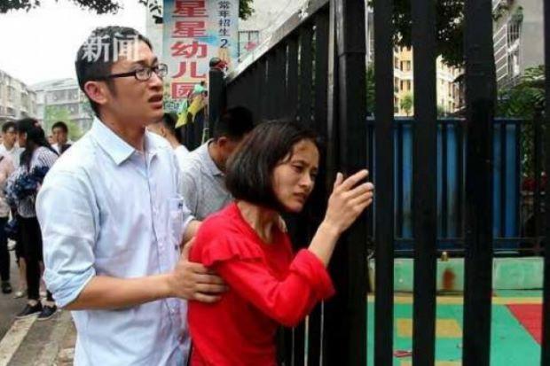 Người nhà Tian Tian đau lòng khi biết tin bé đã tử vong. (Ảnh: The Star)