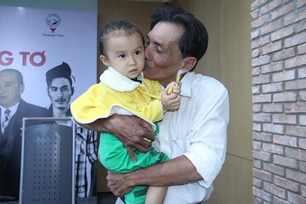 Thương Tín và con gái nhỏ.
