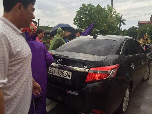 Chiếc xe ô tô của anh Ph. bị người dân xã Phụng Công bắt giữ chiều qua.