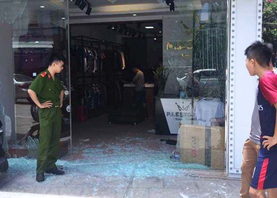 Cửa kính vỡ vụn sau tiếng nổ