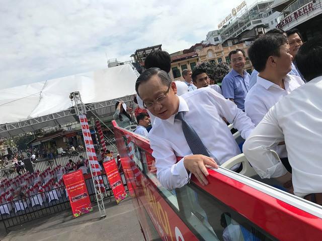 Lãnh đạo Tổng công ty Vận tải Hà Nội trên xe buýt 2 tầng.