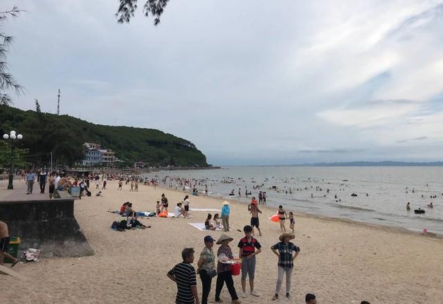 Nhiều du khách ngại đến bãi biển Đồ Sơn vì sợ CSGT. Ảnh: M.L