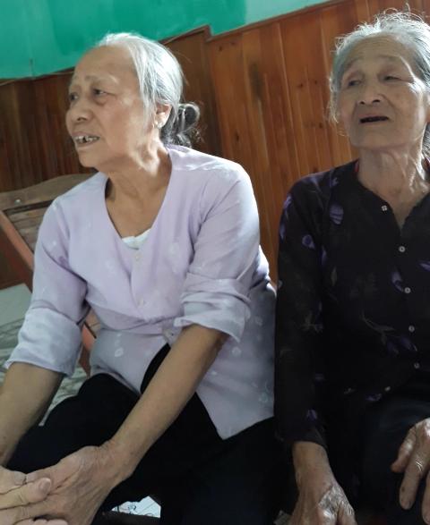 Bà của Khánh (bên trái) không thể tin cháu ngoại mình đã tử nạn trong vụ TNGT.