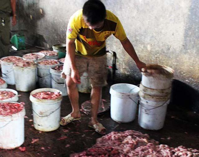 Mỡ, nội tạng động vật được để tràn xuống nền nhà dơ bẩn trước khi nấu.