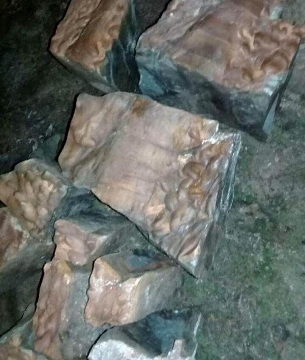 Những mảng hóa thạch và hoa văn lạ mắt trong hang. Ảnh: T.Chi