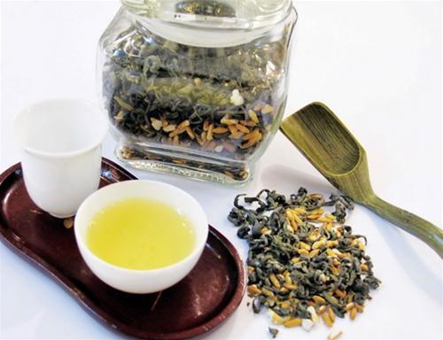 Trà ô long và các loại trà thảo dược giúp ăn ngủ, bồi bổ sức khỏe rất tốt. Ảnh minh họa.