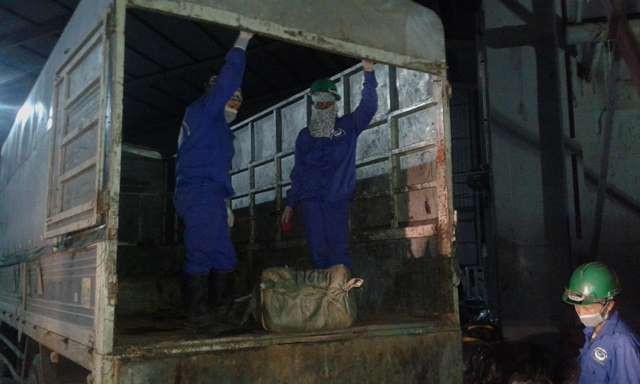 Các thùng thực phẩm được chuyển lên đường ray đưa vào lò tiêu hủy theo quy trình hết sức nghiêm ngặt.