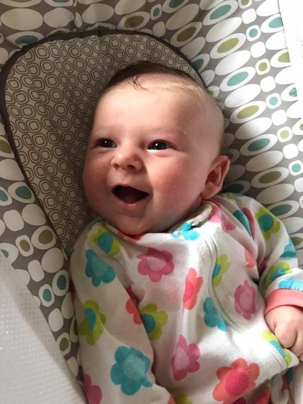 Mẹ bế con gái 7 tuần tuổi đi xem bố đánh bóng chày không ngờ chỉ sau một cú ném bóng, con nhập viện trong nguy kịch