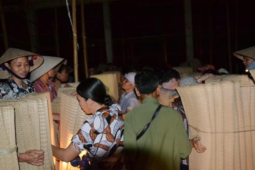 Những phiên chợ diễn ra cảnh người bán, người mua 2 mặt hàng là chiếu mộc và đay sợi trong ánh đèn nhập nhoạng lúc nửa đêm nên người ta gọi nơi đây là chợ âm phủ.