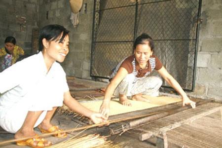Hình ảnh người xã An Dục, Quỳnh Phụ dệt chiếu cói thủ công tại nhà đã là dĩ vãng.