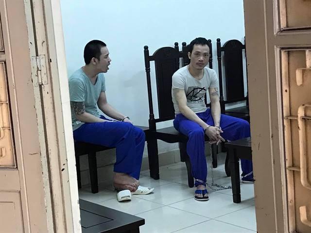 Cả hai tử tù bị còng tay chân và liên tục tỏ ra mệt mỏi.