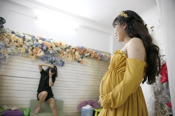 Người chụp dịch vụ này thường là nữ để các bà bầu thoải mái và tự tin hơn.