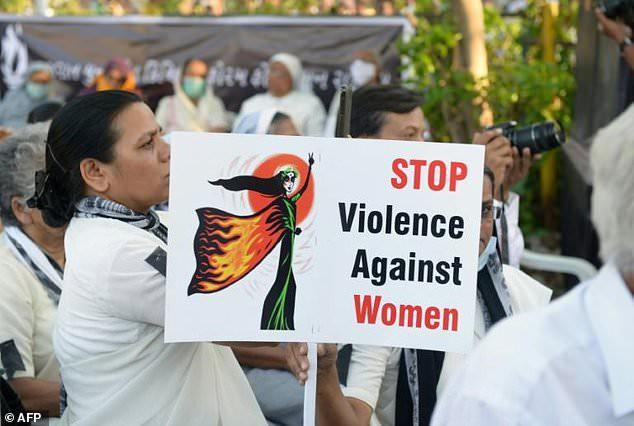 14 người đàn ông bị bắt giữ khi thiếu nữ bị cưỡng hiếp và thiêu sống tại nhà