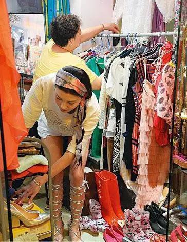 Lý Thể Hoa chật vật bán quần áo kiếm sống
