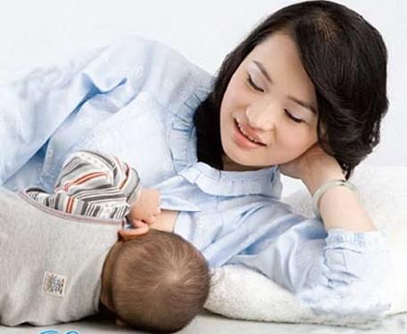 Sau sinh con, bà mẹ lưu ý nghỉ ngơi và vận động nhẹ nhàng để mẹ khỏe, con khỏe.