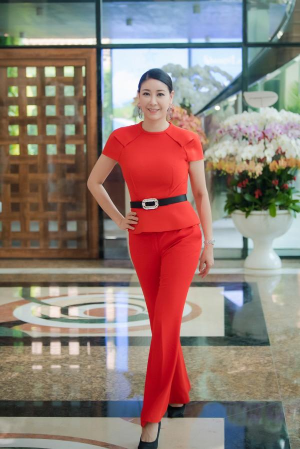 Hà Kiều Anh hào hứng khi lần đầu chấm thi Hoa hậu Việt Nam. Cô diện trang phục nổi bật, khoe vẻ đẹp rạng rỡ ở tuổi 42.