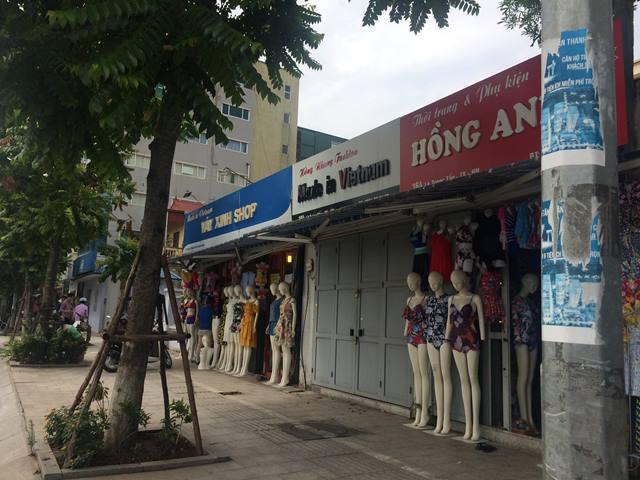 Nhiều biển hiệu trên phố Lê Trọng Tấn đã thay đổi màu sắc, phá vỡ sự đồng bộ.