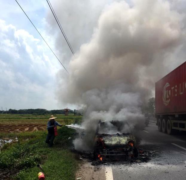 Chiếc ô tô bị ngọn lửa thiêu rụi hoàn toàn Ảnh: Bạn đọc cung cấp