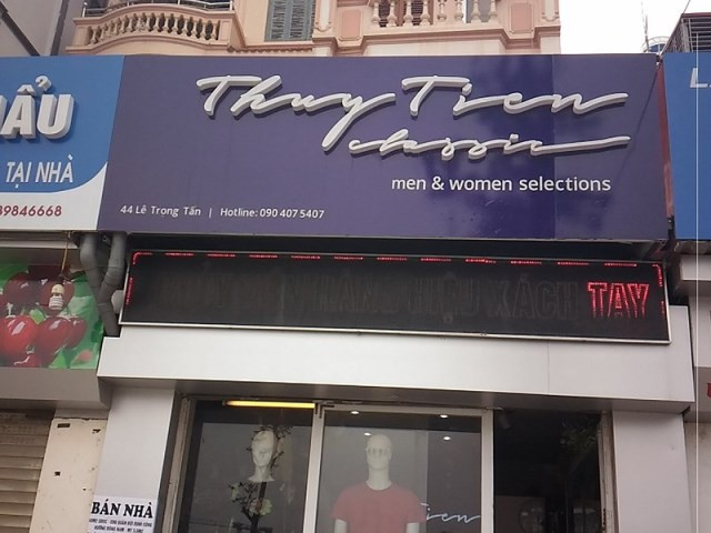 Cửa hàng thời trang này lắp thêm một biển hiệu đèn LED phía dưới để thu hút khách hàng.
