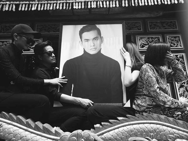 Hhen Niê trong đám tang stylist Mỳ Gói. Hhen Niê luôn biết ơn người anh thân thiết của mình.