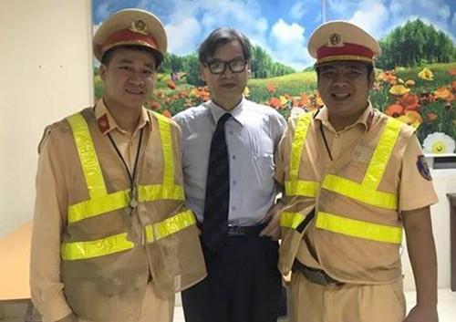 Thầy giáo Naoto Imagawa chụp ảnh cùng chiến sĩ đội Cảnh sát giao thông số 11. Ảnh: An ninh thủ đô.