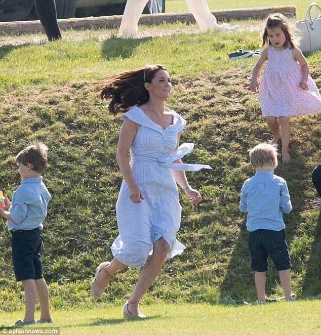 Công nương Kate thoải mái vui đùa bên các con của mình.