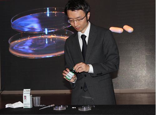 Ông Raita Sasaki (JBSL Nhật) thực nghiệm làm tan các cục máu đông bằng thuốc NattoEnzym.