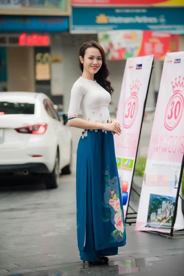 Huỳnh Phạm Thủy Tiên, sinh năm 1998 và hiện là sinh viên Đại học Ngoại thương TP HCM. Cô gái cao 1,7 m vừa đăng quang cuộc thi Hoa khôi Ngoại thương cách đây một tháng. Trước khi thử sức ở các cuộc thi nhan sắc, Thủy Tiên từng nặng đến 90 kg và phải ăn kiêng, luyện tập thể thao để giảm 32 kg. Tham gia cuộc thi nhan sắc cấp quốc gia, cô sinh viên ngành Kinh tế Đối ngoại kỳ vọng nối tiếp thành công của đàn chị Thùy Dung - Á hậu 2 Hoa hậu Việt Nam 2016, cũng là Hoa khôi Ngoại thương 2016.