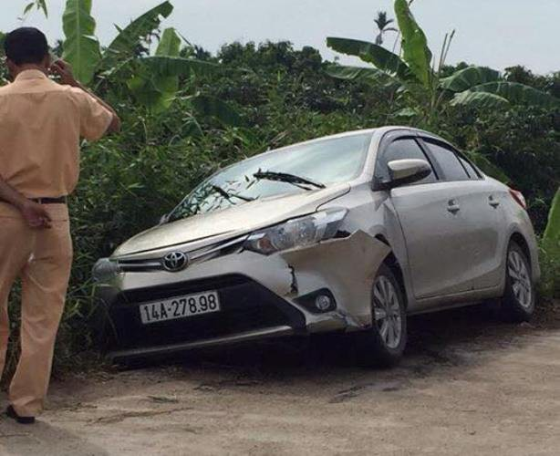 Chiếc xe ô tô của nạn nhân bị bỏ lại khu vực cầu Hợp Thanh, xã Thanh Thủy. Ảnh: Bạn đọc cung cấp