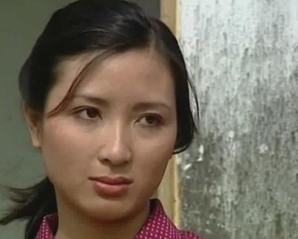 Khánh Huyền vào vai Thơm vợ trưởng thôn Kiên (NSƯT Quốc Tuấn) trong Người vác tù và hàng tổng.