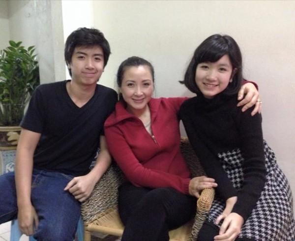 Khánh Huyền và hai con lớn.