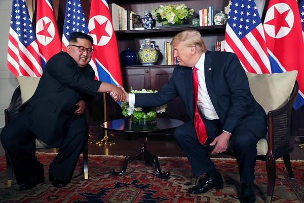 Cái bắt tay 12s của hai nhà lãnh đạo.