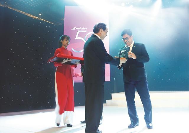 Ông Bùi Xuân Huy - Tổng Giám đốc Tập đoàn Novaland nhận chứng nhận Top 50 Công ty kinh doanh hiệu quả nhất Việt Nam.