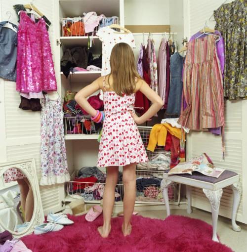 Tủ quần áo thiếu tổ chức khiến bạn khó khăn mỗi khi chọn đồ - Ảnh: Kamdora.