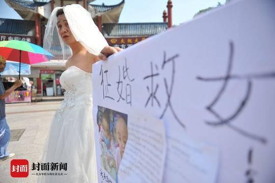 Hình ảnh ông Quách mặc váy cưới quyên tiền cho con.