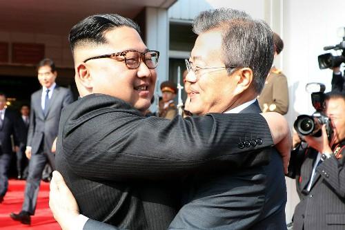Lãnh đạo Triều Tiên Kim Jong-un (trái) ôm Tổng thống Hàn Moon Jae-in tại cuộc gặp lần hai ở khu vực phi quân sự liên Triều hồi cuối tháng 5.