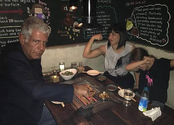 Bourdain, Busia và con gái Ariane dùng bữa tối sau khi vừa ly dị năm 2016. Ảnh: Instagram.