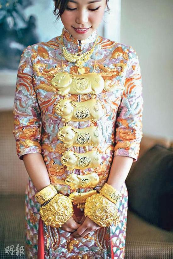 Con dâu Tiết Gia Yến đeo vòng vàng trĩu cổ.