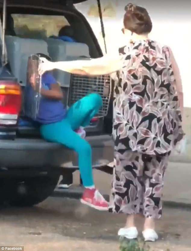 Sau khi nhìn thấy đứa trẻ bước ra từ cốp xe sau, người phụ nữ đi cùng đã bị bắt. (Ảnh: Internet)