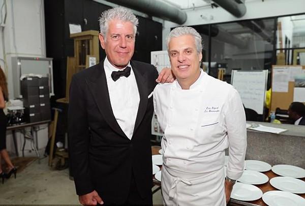 Bourdain và bạn thân, đầu bếp Eric Ripet. Ảnh: Food Network.