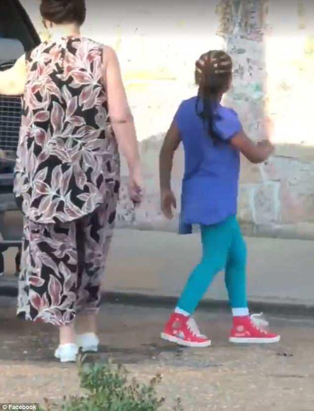 Những đứa trẻ nói rằng người bà bảo chúng ngồi trong chuồng chó vì không có chỗ trên xe. (Ảnh: Internet)