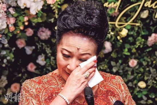 Nghệ sĩ Tiết khóc nghẹn ngào vì xúc động trong đám cưới con.