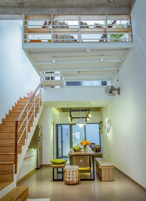 Phần diện tích còn lại của tầng một dành cho khu bếp, bàn ăn và sân sau.