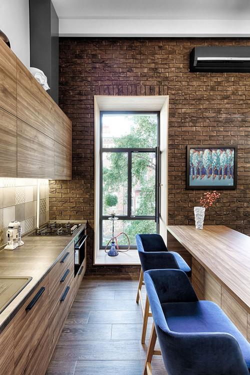 Căn hộ có những khung cửa cao, bởi vậy, người thiết kế hạn chế bố trí đồ đạc ở các khu vực hướng tới cửa sổ để tận dụng tối đa ánh sáng và tầm nhìn đẹp.