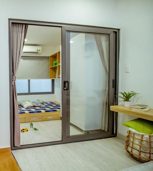 Phòng ngủ của trẻ nằm liền kề với gác lửng để bố mẹ có thể vừa thư giãn, vừa để mắt tới con lúc vui chơi.