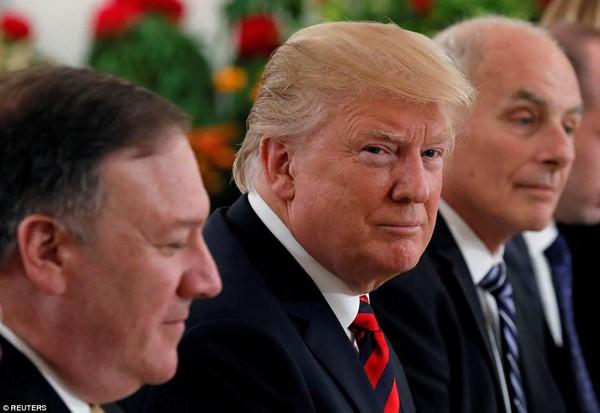 Ông Trump trong cuộc gặp với Thủ tướng Singapore, Lý Hiển Long.