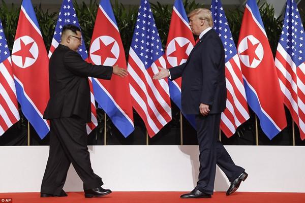 Hai nhà lãnh đạo Hoa Kỳ và Triều Tiên gặp nhau.