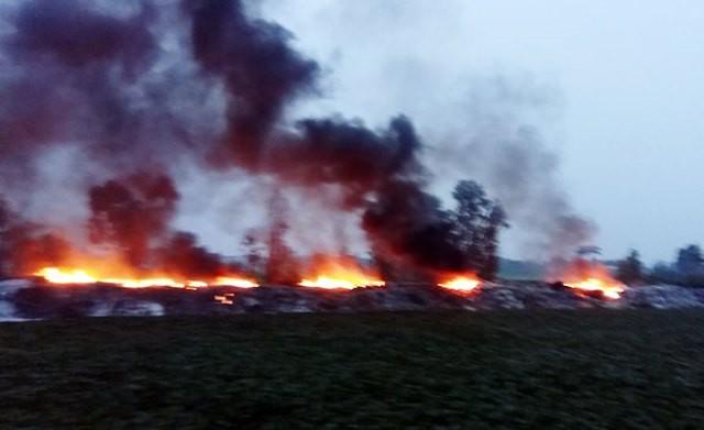Người dân quanh làng nghề văn môn thường xuyên phải hít khói độc từ bãi rác thải công nghiệp. Ảnh người dân cung cấp