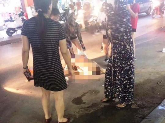 Cô gái bị đánh ghen lột đồ, đổ nước mắm, bôi ớt giữa đường khiến người dân không khỏi rùng mình